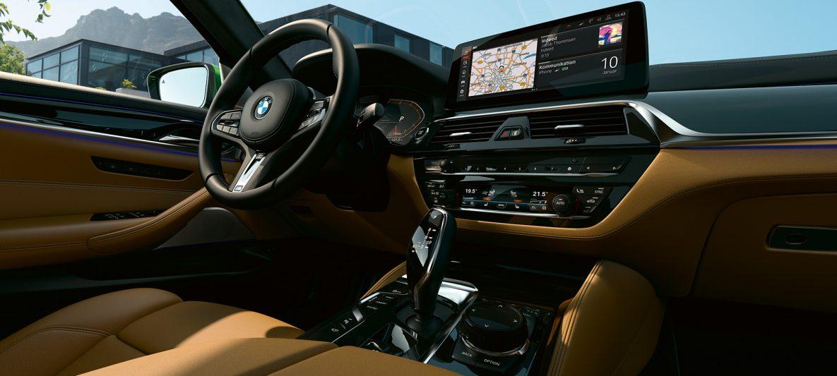 BMW M550i xDrive Limousine G30 LCI Facelift 2020 Cockpit mit 12,3'' Control Display