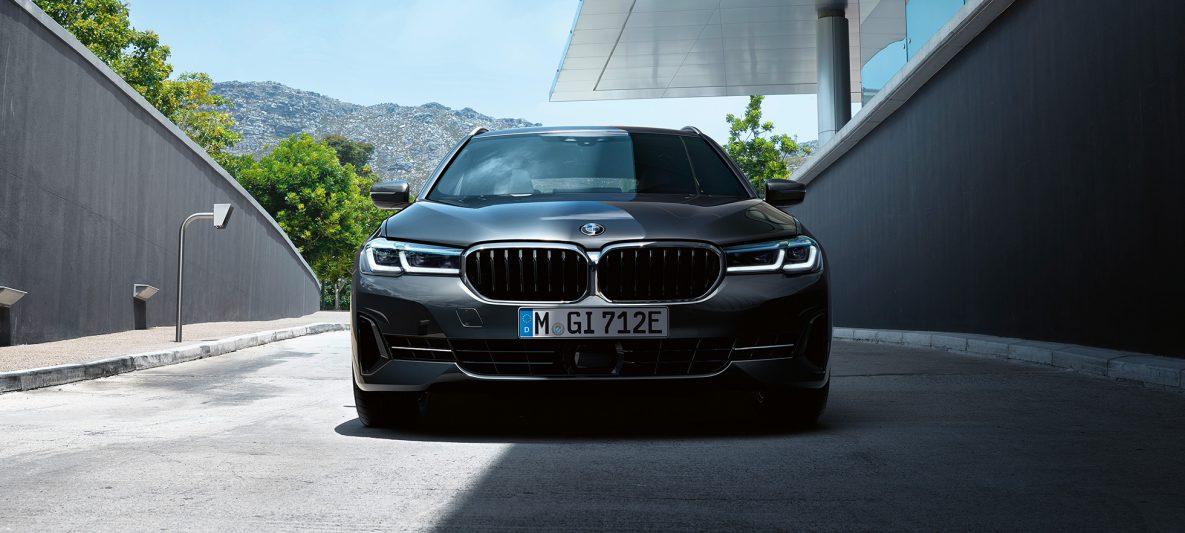 BMW Niere und Frontschürze BMW 5er Touring G31 Facelift 2020 Sophistograu Nahaufnahme Front