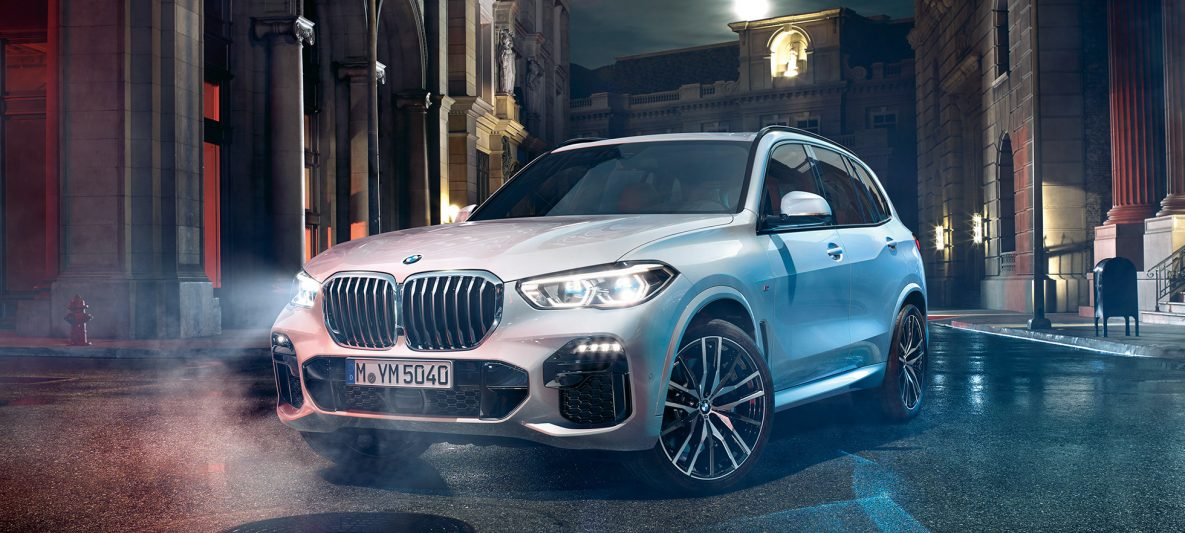 BMW X5 G05 2018 Mineralweiß metallic Dreiviertel-Frontansicht stehend bei Nacht