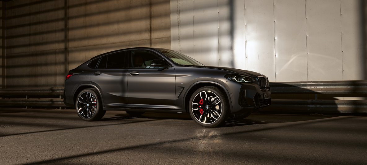 BMW X4 M40i G02 LCI 2021 Facelift Seitenansicht vor glänzender Wand