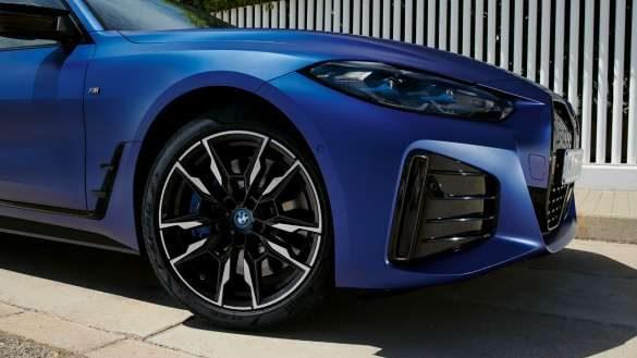 BMW xDrive BMW i4 M50 G26 2021 BMW Individual Frozen Portimao Blau metallic FHeckansicht fahrend