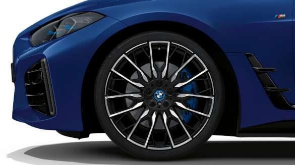 M Technik Paket BMW i4 M50 G26 2021 BMW Individual Frozen Portimao Blau metallic Nahaufnahme Rad
